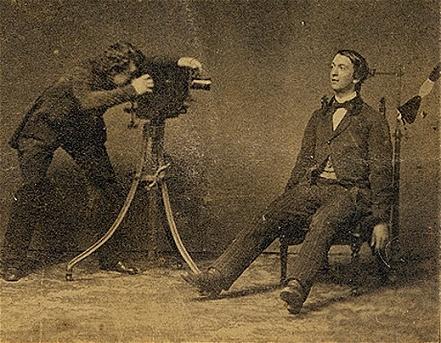 Fotógrafo realizando un retrato post mortem