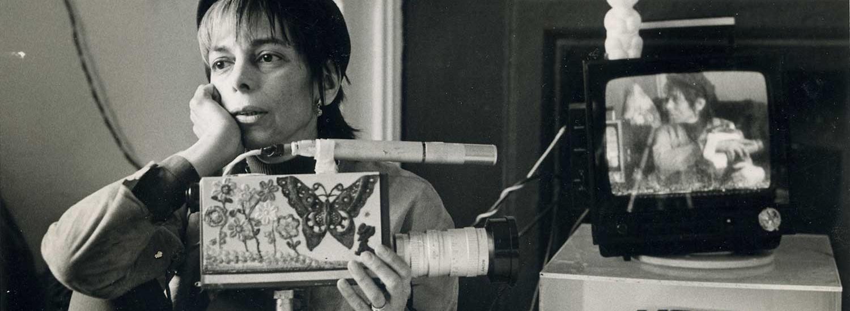 Shirley Clarke con una cámara Sony Portapak decorada, ca.1971.