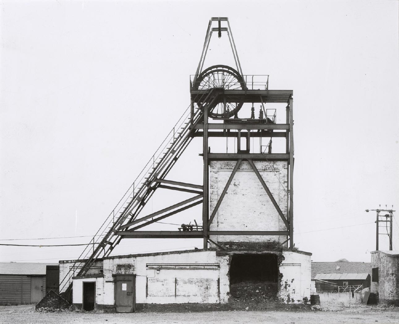 BERND & HILLA BECHER. Förderturm ca. 1920, Glasgow