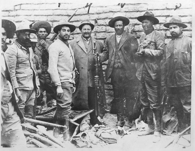 """Una imagen de la Revolución Mexicana con el explorador Carl von Hoffman y Pancho Villa. DW Griffith encargó a Von Hoffman recopilar """"factual films"""" de Pancho Villa para su posterior uso en una película. Para ello, Villa tuvo que ser pagado con 25.000$."""
