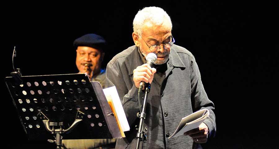 Amiri Baraka en su actuación del Centro Cultural del Matadero. Huesca, 29 abril 2009. Foto: Jesús Moreno.