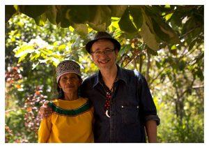Héctor con la chamana y artesana Teresa López. Foto: Sergio Camacho